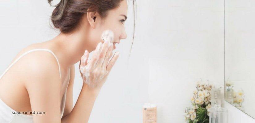 Làm sạch da mặt là bước chăm sóc da quan trọng đầu tiên