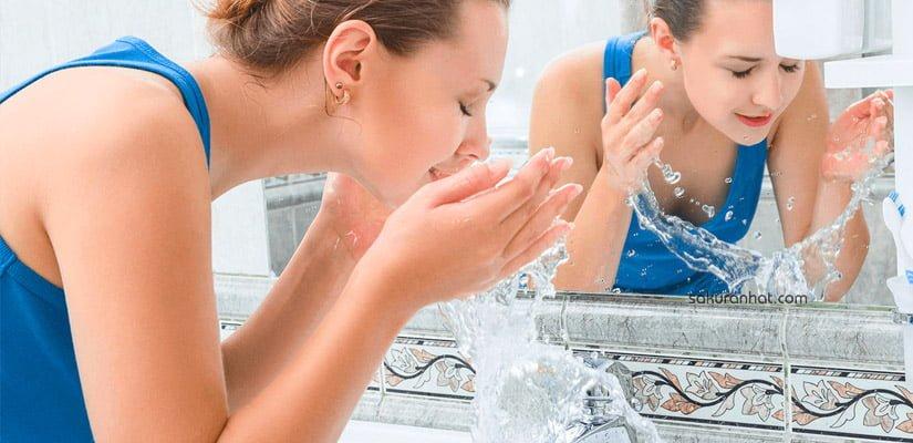 Rửa mặt hàng ngày là cách tốt nhất để lấy đi bụi bẩn, dầu nhờn trên da